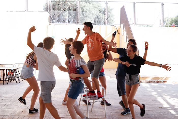 Niños bailando en el campamento
