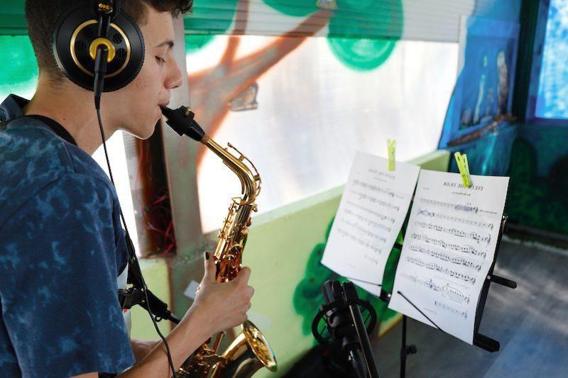 Niño tocando el saxofón estudio grabación