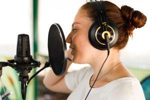 Chica grabando en el estudio de grabación