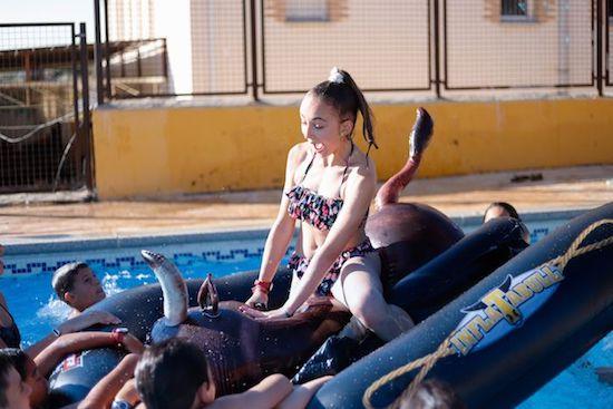 Niña jugando piscina