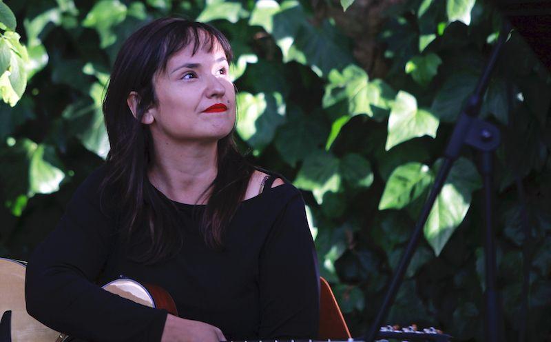 Elena de Nicolás, profesora de guitarra en Bye Bye Beethoven