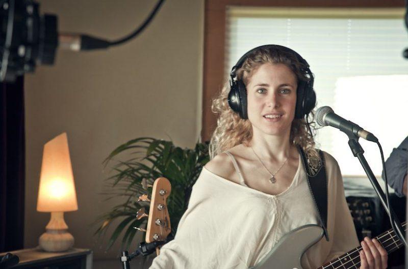 Sandra Ruibal, profesora de bajo eléctrico en Bye Bye Beethoven
